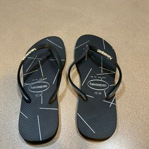 7/8 Black Havaianas flip flops